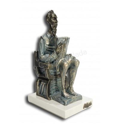 Quijote biblioteca, sentado.