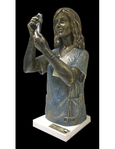 Escultura realista Enfermera con base de marmol de Ángeles Anglada